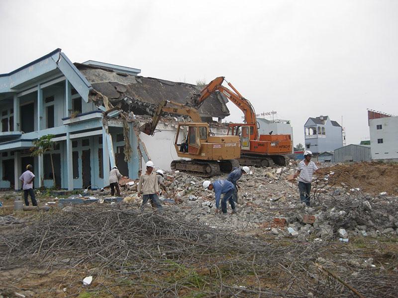 Tháo dỡ nhà cũ tại Bình Dương